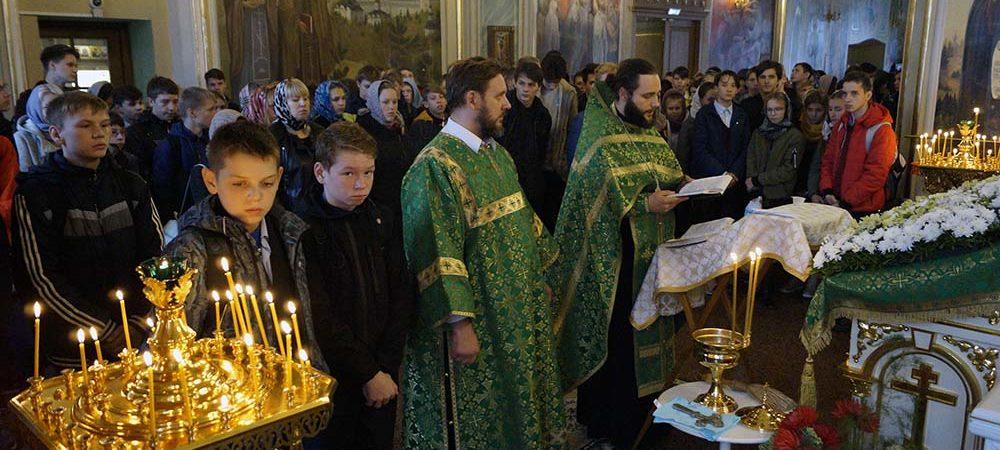 Совершен молебен преподобному Сергию Радонежскому для школьников